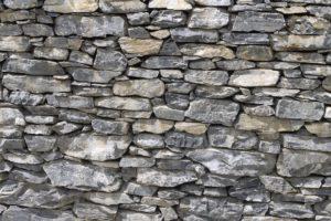 ограда из камня