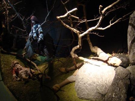 Экспозиция, изображающая обнаружение тел жертв Жеводанского зверя в посвященном ему музее в Соге