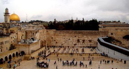 Стена Плача - сохранившаяся после разрушения римлянами часть древнего храма в Иерусалиме. Иудейская святыня