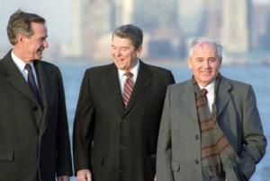почему горбачев стал мириться с западом