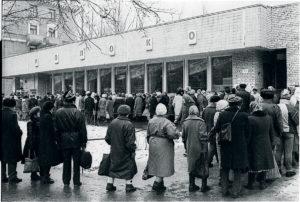почему во время перестройки в магазинах были большие очереди а продукты выдавались по талонам