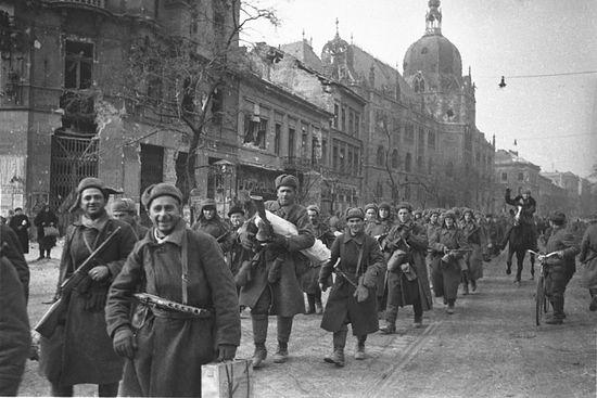 почему у солдата сияла медаль за город будапешт